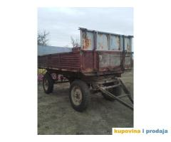 Traktor sa svim prikljucnim masinama
