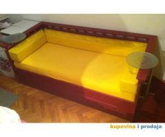 Dizajnirani kreveti sa rotirajućim stočićima