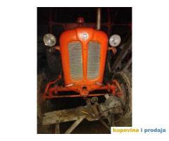 prodajem traktor landin
